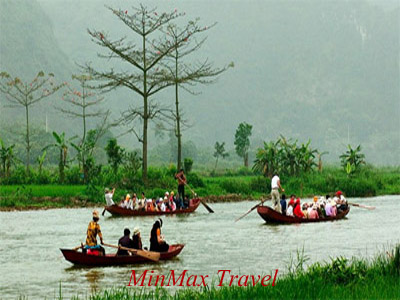 Boats on Yen river in Huong Pagoda